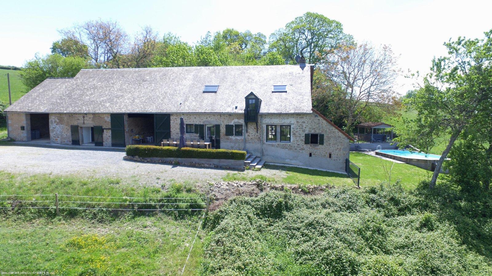 Vakantiehuis: Vakantieboerderij Lameloise is een groot kindvriendelijk vakantiehuis met prive zwembad, jacuzzi en sauna. Rustig gelegen in natuurpark de Morvan. te huur voor uw vakantie in Nievre (Frankrijk)