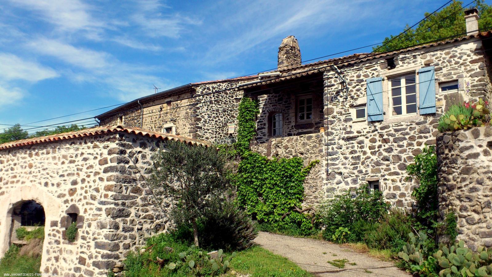 Vakantiehuis: Vakantiehuis (Boerderij) te huur in Ardeche. Het huis is geschikt voor 6 personen, heeft drie slaapkamers en twee badkamers. te huur voor uw vakantie in Ardeche (Frankrijk)