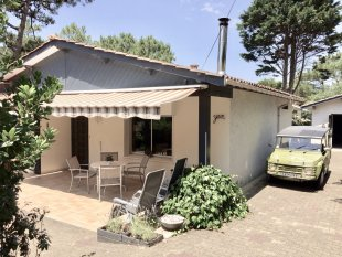De grote voortuin heeft 2 terrassen met tuinmeubilair. Naast het huis en voor de garage is de oprit voor het parkeren van meerdere auto's op eigen terrein