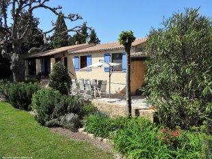 Voorzijde villa met terras en veranda.