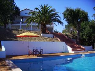 Vakantiehuis: Ruime villa met verwarmd privé zwembad en panoramisch uitzicht over de baai van St. Tropez.