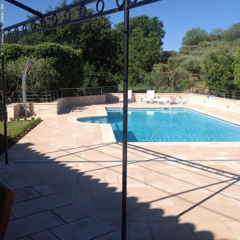 Vakantiehuis: Supergezellige en heerlijk privegelegen villa,vakantiehuis met privézwembad, in Zuid Frankrijk.Modern gebouwd in U vorm met veel terras,prachtige tuin te huur voor uw vakantie in Var (Frankrijk)