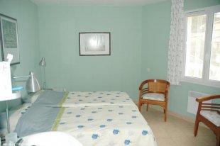 Slaapkamer nr1 met wastafel en inboukast