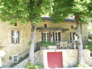 ruime woonkamer met open keuken gezellige woonkamer met originele natuurstenen muren van 80 centimeter