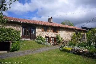 Vakantiehuis: Auvergne-Puy de Dome. Vrijstaand vakantiehuis, 6 personen, 3 slaapkamers, ruime woonkeuken, houtkachel, 2 terrassen, privacy, grote tuin, gratis wifi.
