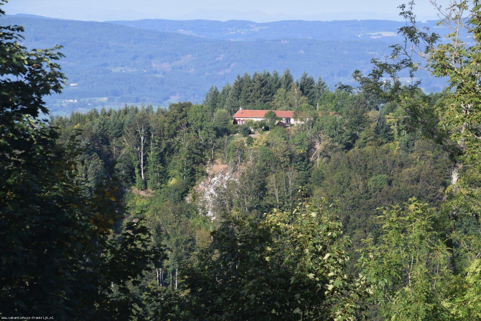 Vakantiehuis: Auvergne-Puy de Dome. Vrijstaand, 6 personen, Vrij uitzicht, 3 slaapkamers, 6 pers., grote tuin, wifi, honden toegestaan, 15 jaar ervaring te huur voor uw vakantie in Puy de Dome (Frankrijk)