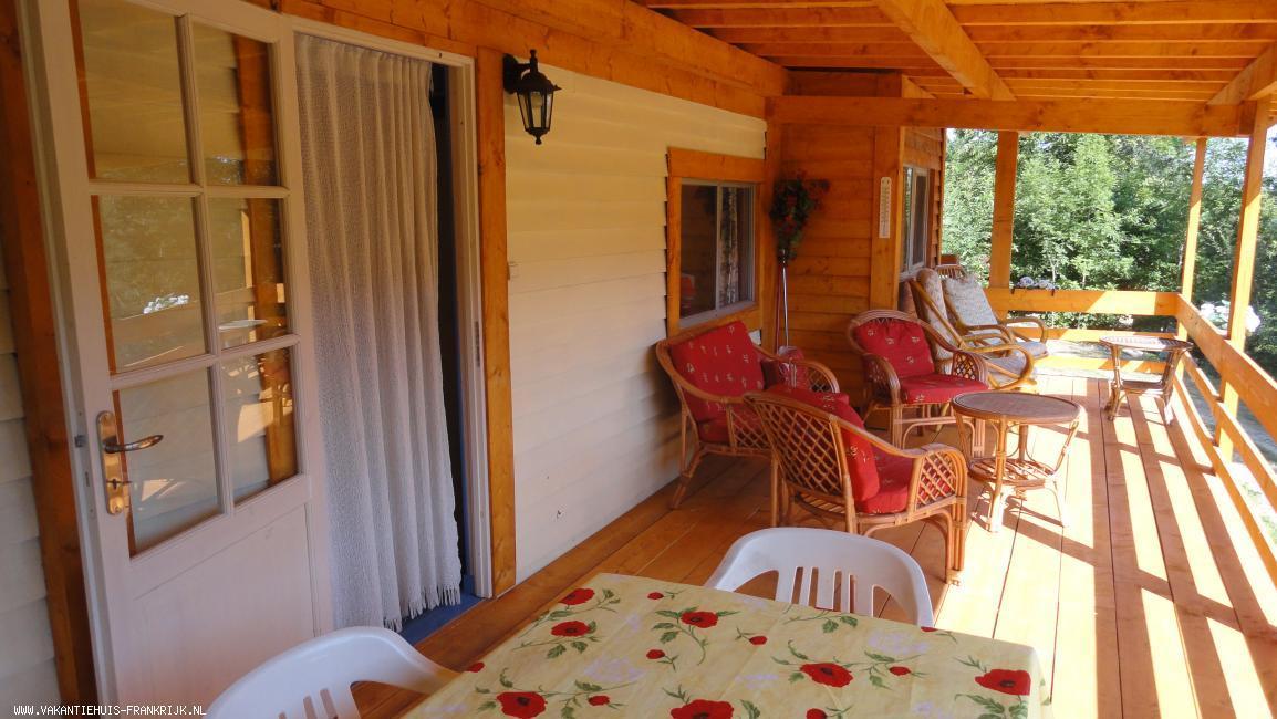 Vakantiehuis: ARDECHE Vakantie in een houten gîte met uitzicht op het zwembad. In totaal hebben wij 4 gîtes op ons terrein van 2 ha. Op 7 km van Vernoux en Vivarais te huur voor uw vakantie in Ardeche (Frankrijk)