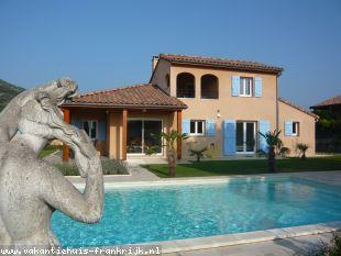 Vakantiehuis met zwembad: Villa voor 8 personen in de Ardèche, groot privé-zwembad met zout-electrolyse, wifi en airco in alle slaapkamers.