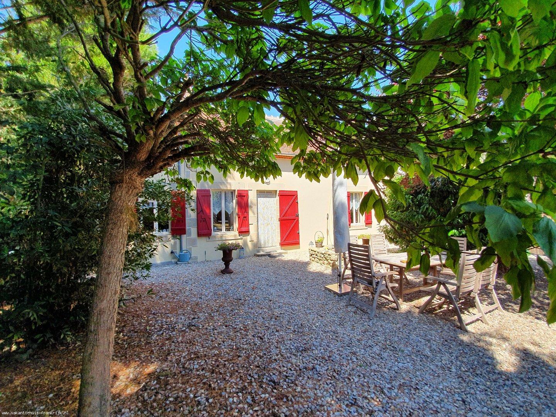 Vakantiehuis: Te huur: Onze gezellige vrijstaande 6-persoonsfermette La Rosière met privé-zwembad in de Allier. Een eldorado voor kinderen, volwassenen en een hond. te huur voor uw vakantie in Allier (Frankrijk)