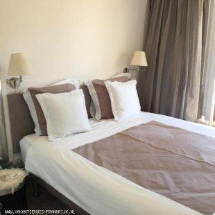 Slaapkamer met comfortabele bedden en ruime hang leg kast
