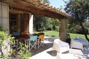 Schaduwrijk onder de auvent <br>Terras met eettafel, gas- BBQ en heerlijke stoelen; Uitzicht over tuin, zwembad en de bergen in