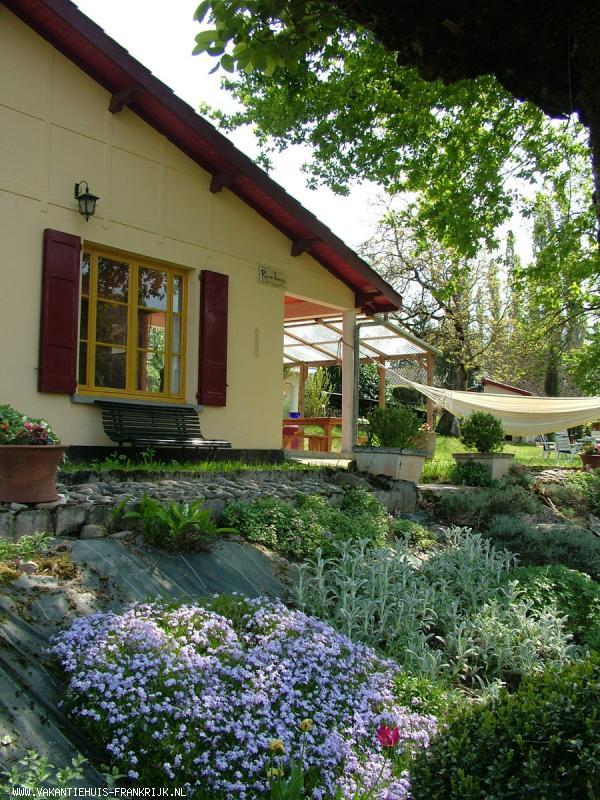 Vakantiehuis: 'HUISJE RIVERDANCE' Het pittoreske huisje is geriefelijk en gezellig ingericht met grote tuin. te huur voor uw vakantie in Dordogne (Frankrijk)