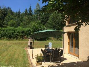Barbecue met tuinmeubels <br>Rondom het huis zijn schuifpuien die toegang bieden tot tuin en terras