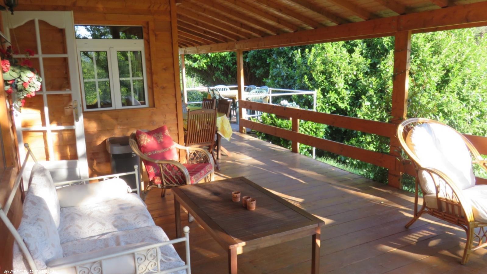 Vakantiehuis: ARDECHE: Ruime gîte op groot terrein met zwembad samen met nog 3 gîtes. te huur voor uw vakantie in Ardeche (Frankrijk)