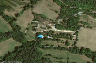 Ons terrein. Een overzicht van het terrein met het zwembad en de gites.