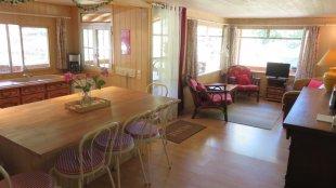 De huiskamer en open keuken