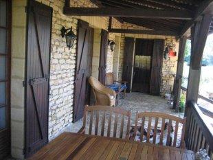 Veranda Volledig overdekte veranda. Toegang tot woonkamer, hal en keuken. Goed verlicht. Met comfortabel meubilair.