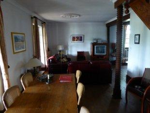 Woonkamer L-vormige, gezellig ingerichte woonkamer met toegang tot veranda. Mooi meubilair. TV met DVD. Goede verlichting.