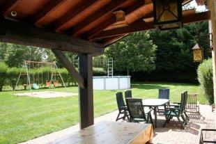 zicht op de tuin met spaaltoestel en zwembad
