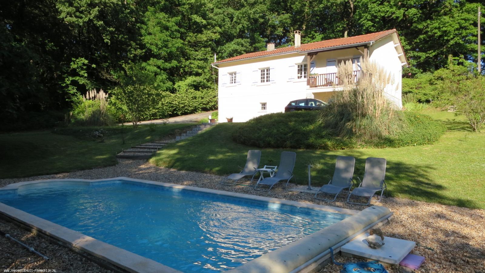 Vakantiehuis: Fraaie, vrijstaande villa met volledige privacy en privé zwembad op slechts 3 km van het gezellige Franse stadje Ribérac in de Dordogne te huur voor uw vakantie in Dordogne (Frankrijk)