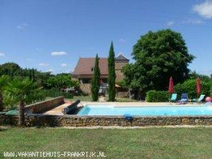 Het zwembad met op de achtergrond het huis