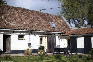 Festina Lente Petit Gîte voor 4 personen. Met openlucht eettafel en stoelen op het terras voor ontbijt, lunch en avondeten op die zonnige dagen.