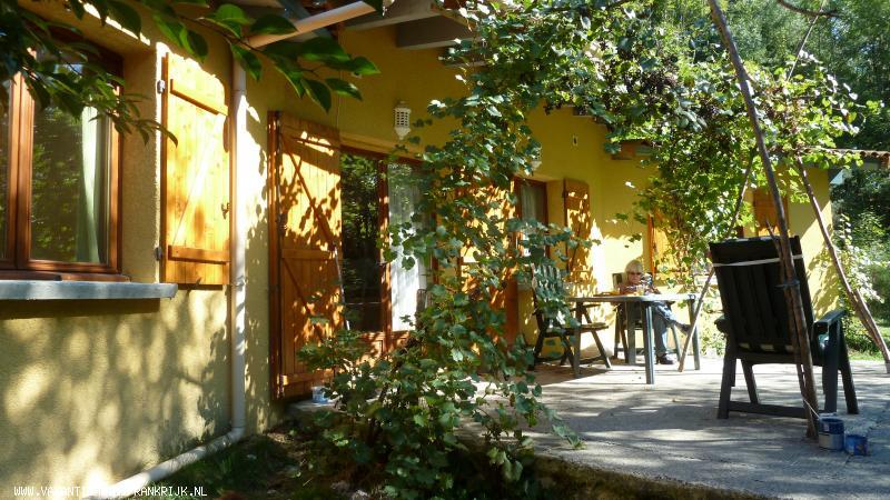 Vakantiehuis: vrijstaande bungalow / vakantiehuisje op landgoed aan riviertje te huur voor uw vakantie in Ardeche (Frankrijk)