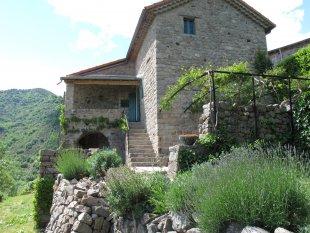Zijkant woning met zonneterrassen <br>De zijkant van het huis met toegang tot een toogkelder. De buitentrap loopt vanaf het boventerras naar het bendenterras.