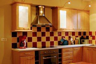 Een ruime, open keuken met: <br>oven, keramische kookplaten, microgolfoven, vaatwasmachine, ...