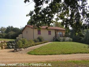 Vakantiehuis: Zeer landelijk vrij gelegen vakantiehuis,voorzien van alle gemakken en comfort,centraal gelegen in de Dordogne. te huur voor uw vakantie in Dordogne (Frankrijk)