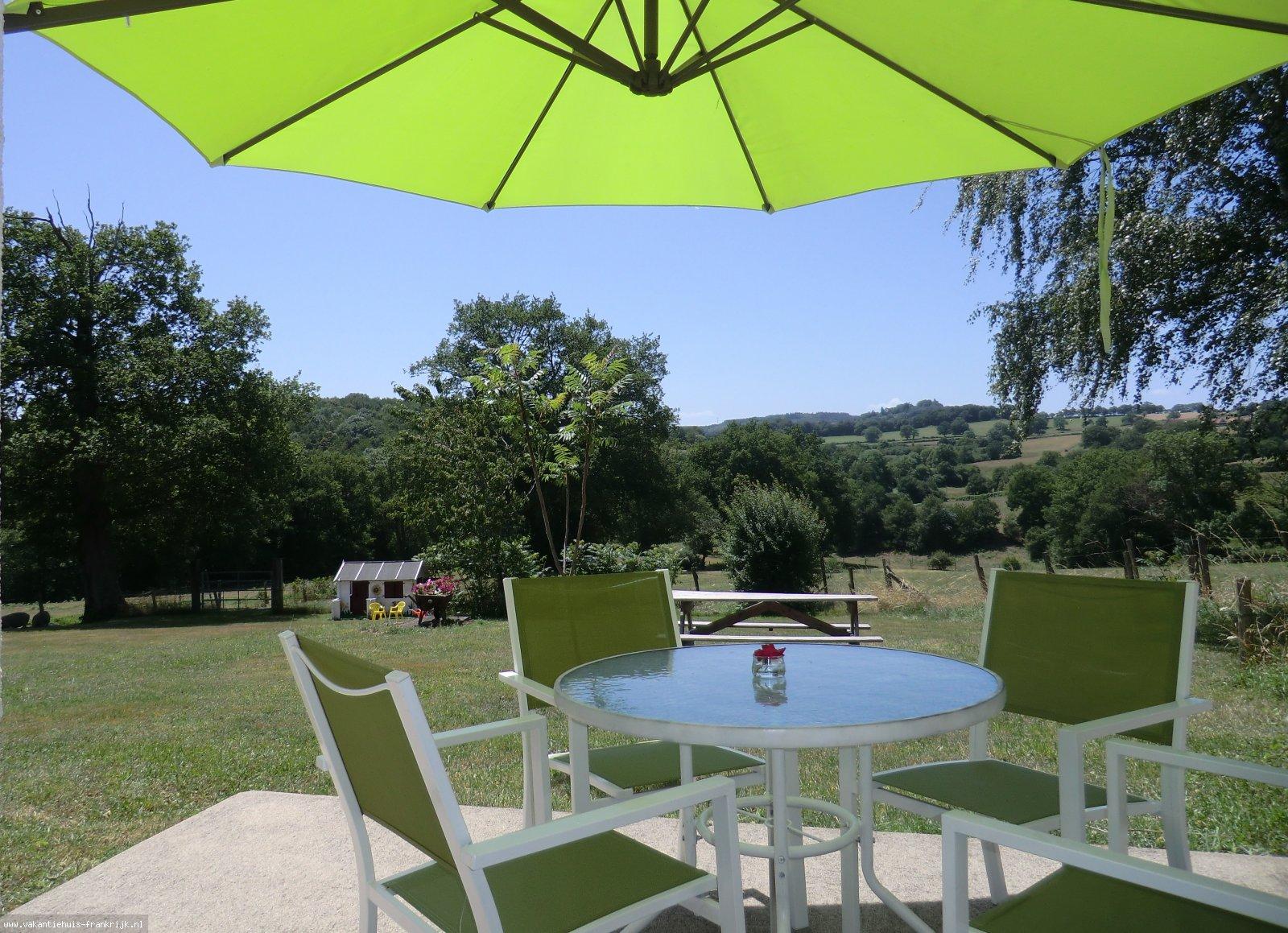 Vakantiehuis: Sans Parure; Een plek om weer op adem te komen. Gezellige vrijstaande vakantiehuisjes met een prachtig uitzicht over het Franse platteland. te huur voor uw vakantie in Puy de Dome (Frankrijk)