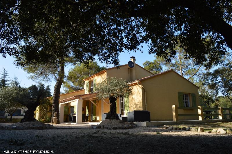 Vakantiehuis: Nabij Anduze: mooie vakantie-villa voor 10personen (4slpk) met groot privé zwembad (10 x 5m)op een terrein van 34 are in de Gard. te huur voor uw vakantie in Gard (Frankrijk)