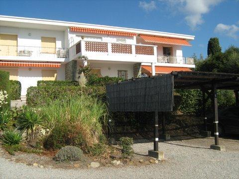Vakantiehuis: Appartement aan het strand in Zuid-Frankrijk te huur. Het appartement in de Var is geschikt voor 4 personen en ligt aan de Middellandse Zee. te huur voor uw vakantie in Var (Frankrijk)