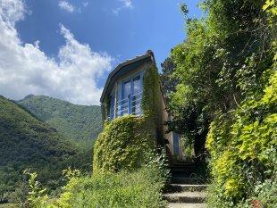 Vakantiehuis: Artistiek huisje met een super mooi zicht over het dorpje Baillestavy, de living is puur Zen. te huur in Pyrénées Orientales (Frankrijk)