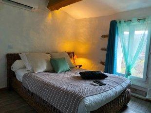 Slaapkamer bovenverdieping <br>Slapen in de nok van het dak en in de nok van het dorp. Gezellige cozy slaapkamer met bed Ikea matras, Daikin Airco, Smart TV en met smaak ingericht ;)