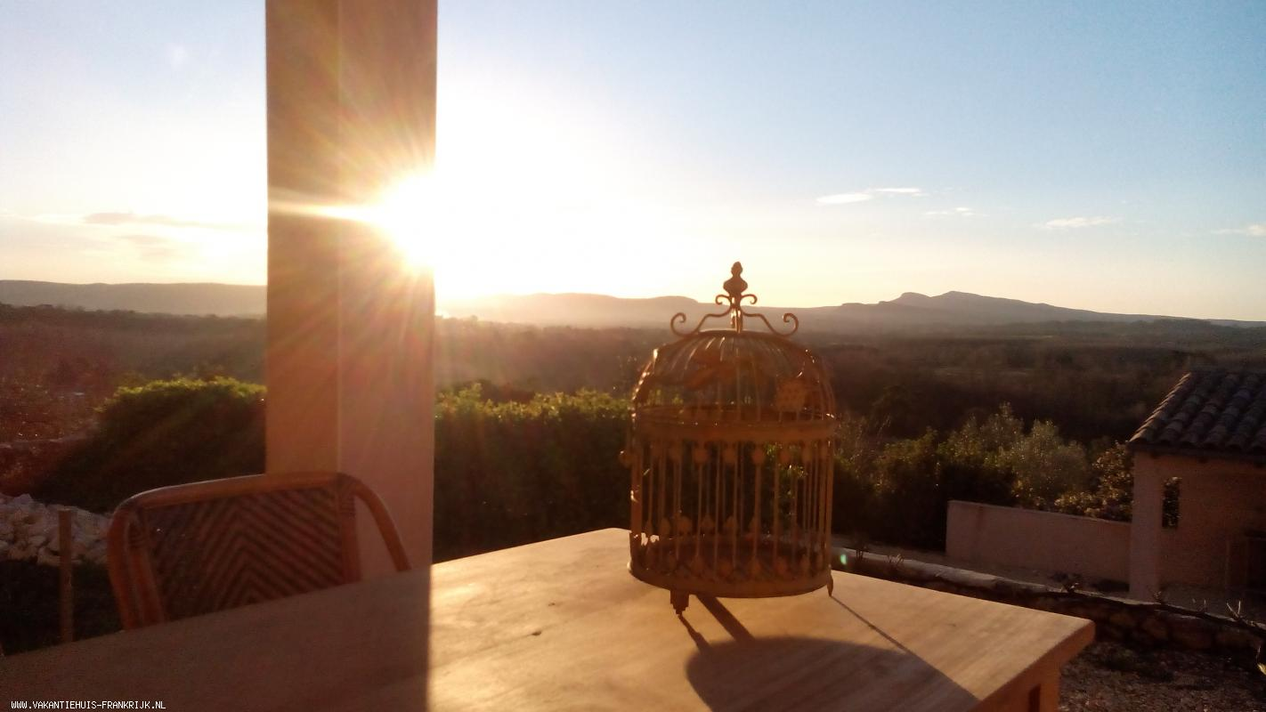 Vakantiehuis: Adembenemend is het uitzicht over de glooiende heuvels vanuit deze sfeervolle villa! te huur voor uw vakantie in Gard (Frankrijk)