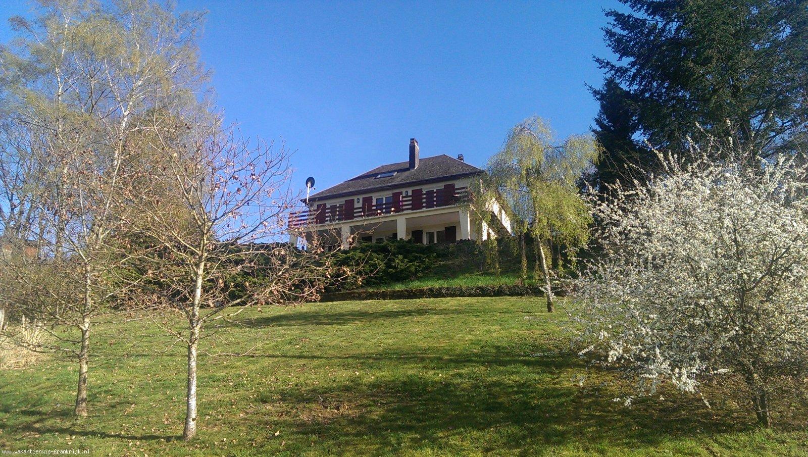 Vakantiehuis: La Source is een vakantiehuis met een geweldig uitzicht over de vallei. Bijzonder geschikt voor mensen die van rust en ruimte houden. te huur voor uw vakantie in Nievre (Frankrijk)