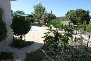 Ruime geheel omheinde tuin met terras en zwembad