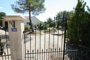 La Gloire de Guillaume  Links de bungalow. Lager op de heuvel ligt ons huis.(niet bewoond als er huurders zijn)