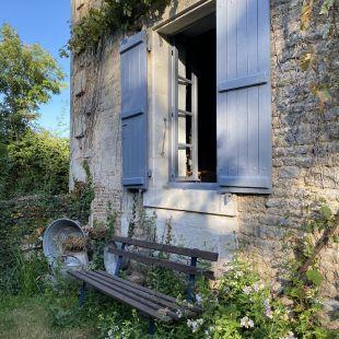 Bankje voorkant onder het keuken/woonkamer raam