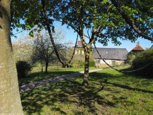 La Cour Mare : zicht op de gîte van uit de tuin La Cour Mare, een 18de eeuwse Normandische boerderij in de Pays d' Auge met alle comfort is ideaal voor familievakanties