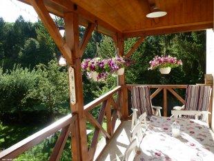 Ruime veranda met uitzicht op tuin/vallei