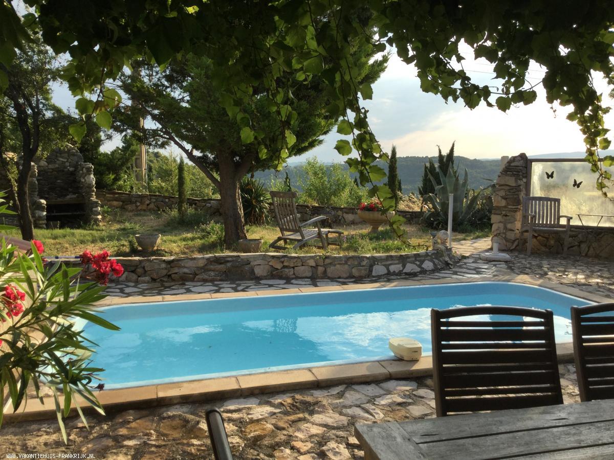 Vakantiehuis: Heerlijk huis: prive ZWEMBAD met prachtig uitzicht vanuit kamer en terras WIFI Nederl. TV, uitzicht: wijngaarden, heuvels en montagne noir zie foto te huur voor uw vakantie in Herault (Frankrijk)