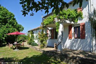 Vakantiehuis: Prachtige vrijstaande vakantiewoning te huur in een rustige natuurlijke omgeving op een domein van 18ha. Zie ook www.lapouternerie.com.