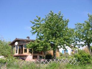 chalet <br>met kersenboom en huis op achtergrond