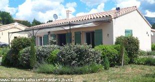 Vakantiehuis: Ruime moderne bungalow met grote woonkamer, luxe keuken en 2 slaapkamers, grote tuin met terras, heel rustig gelegen in de Drôme-Provencal.