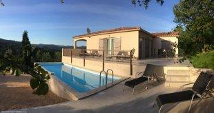 Villa Soleil Cévenol <br>Dit sfeerplaatje toont de villa gezien vanaf het zwembadterras. Let  ook op het ruime terras en het fraaie uitzicht.