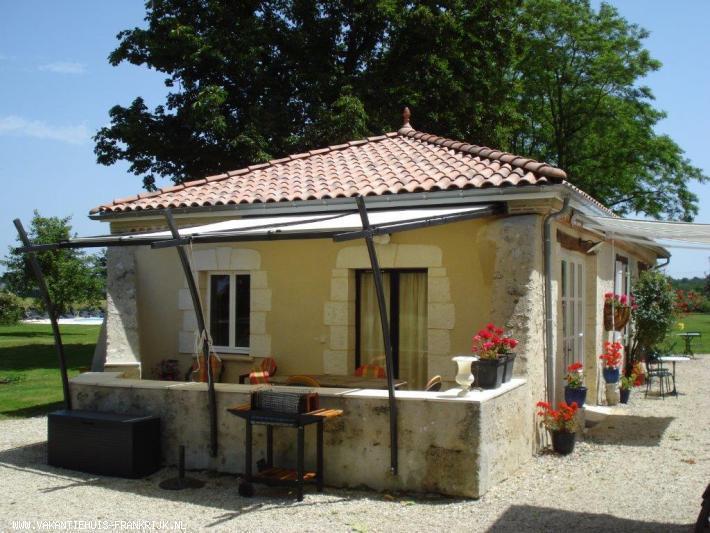 Vakantiehuis: Verbouwde gite, geheel rolstoeltoe- en doorgankelijk, 2 slaapkamers, badkamer, woonkamer, luxe keuken en medegebruik van het grote zwembad 12 x 5 m. te huur voor uw vakantie in Gers (Frankrijk)