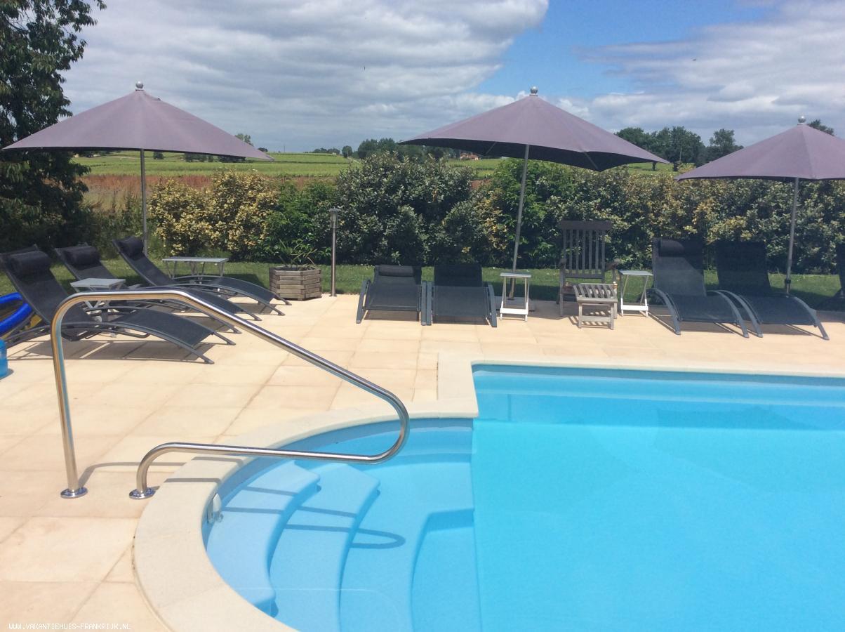 Vakantiehuis: Luxe verbouwde 4-7 pers. gite, (rolstoelvriendelijk) met medegebruik van zwembad van 12 x 5 meter, grote tuin en div. terrassen. Top-vakantieadres! te huur voor uw vakantie in Gers (Frankrijk)