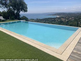 Vakantiehuis Cote d'Azur: Zeer luxe villa met zwembad,6 pers,met panoramisch zeezicht op de baai van St Tropez,in Ste Maxime/Les Issambres.Slaapkamers met badkamer/toilet/airco